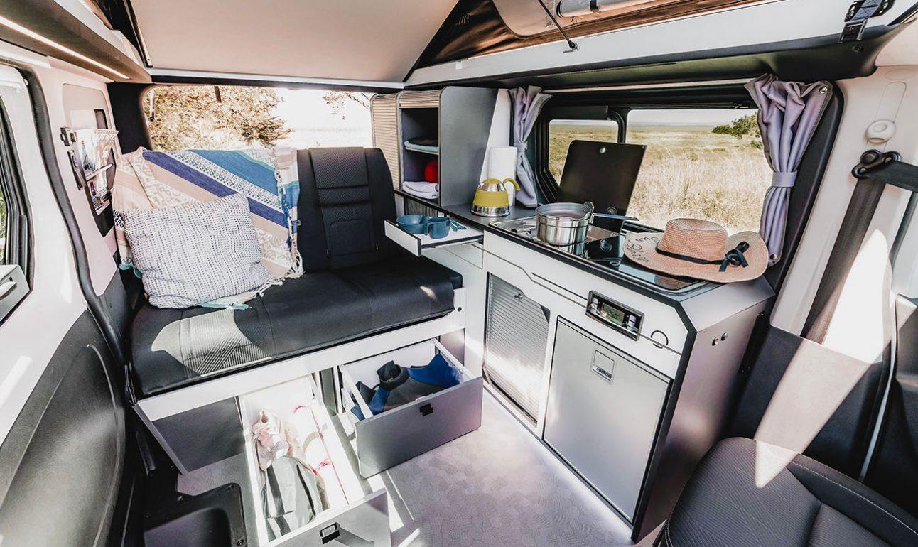 banquette deux places avec rangements coulissants van aménagé cuisine avec feux de cuisson hanroad