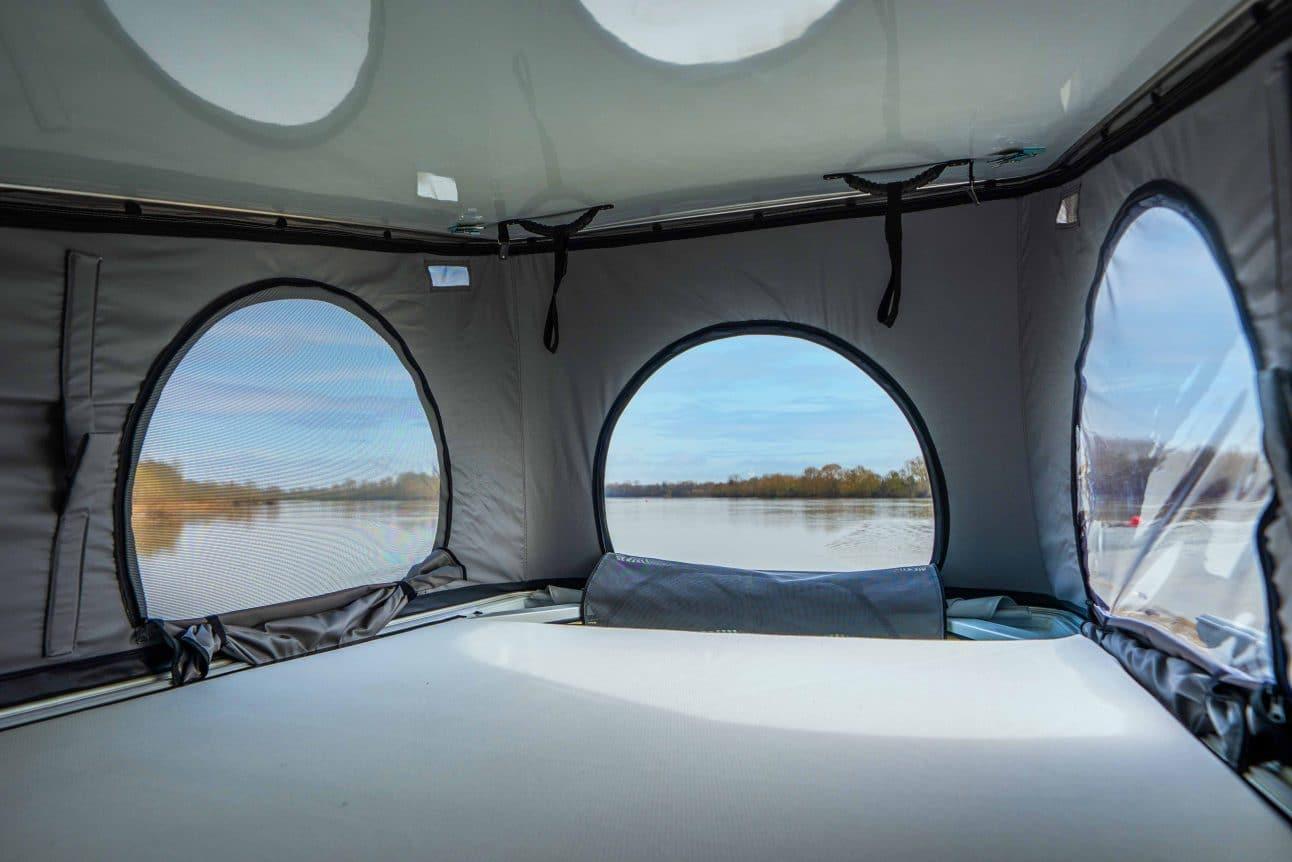 lit d'un toit relevable dans un van aménagé hanroad