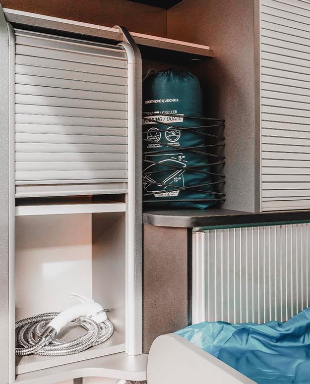 placards avec compartiments à rideaux coulissants comprenant une douchette extérieure van aménagé hanroad