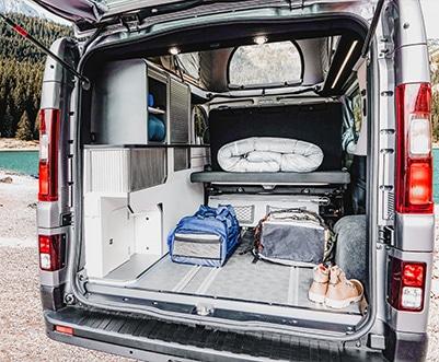 grand coffre van aménagé avec placards à rideaux coulissants et plage arrière relevable avec vérin