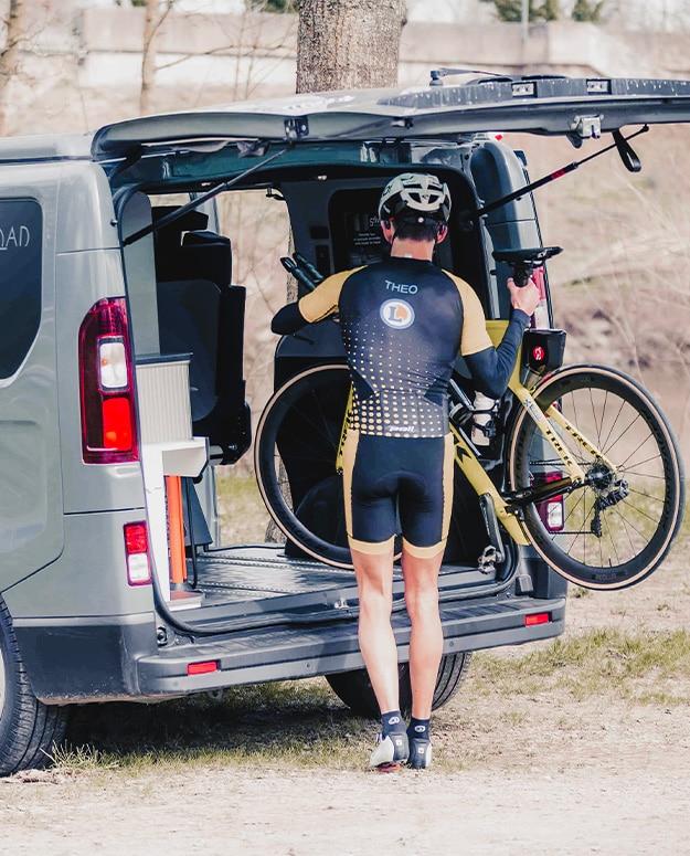 vélo stocké dans un coffre de van aménagé hanroad
