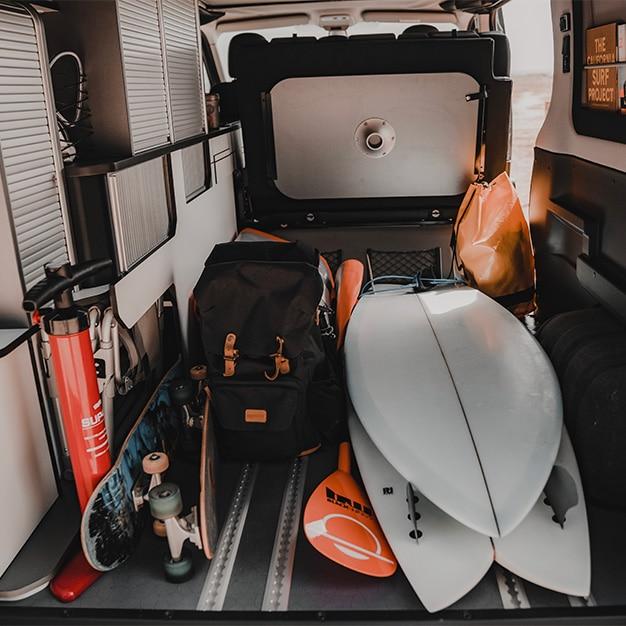 coffre modulable d'un van aménagé hanroad pouvant contenir deux planches de surf