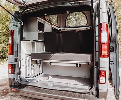 coffre avec douchette et table d'un van aménagé hanroad