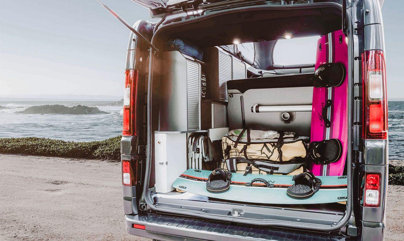 grand coffre d'un van aménagé hanroad comprenant des kites surf