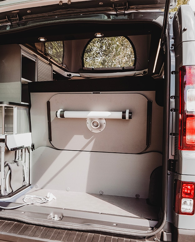 coffre van aménagé hanroad avec douchette extérieur et table amovible