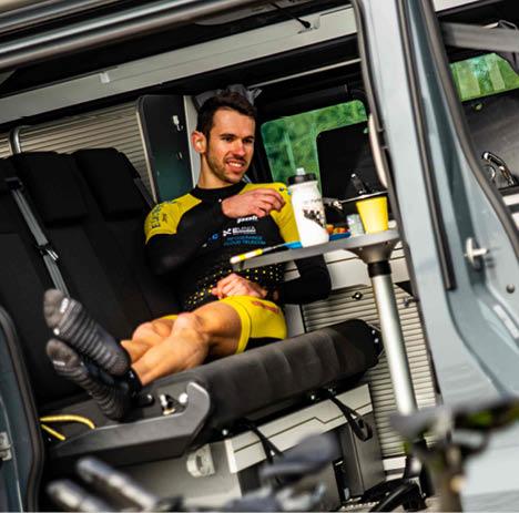 personne déjeunant dans un van aménagé sur une table hanroad