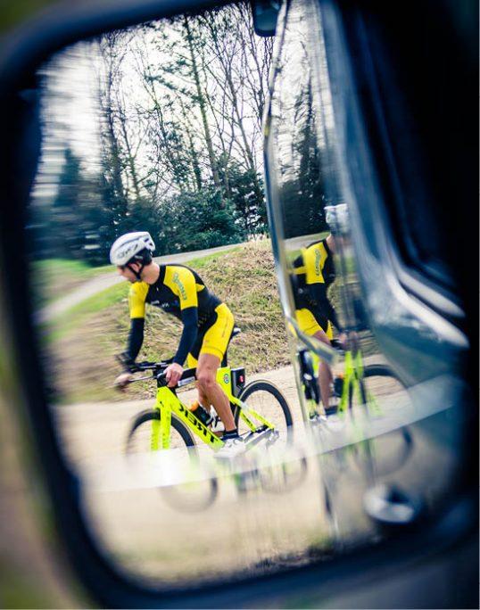triathlète faisant du vélo